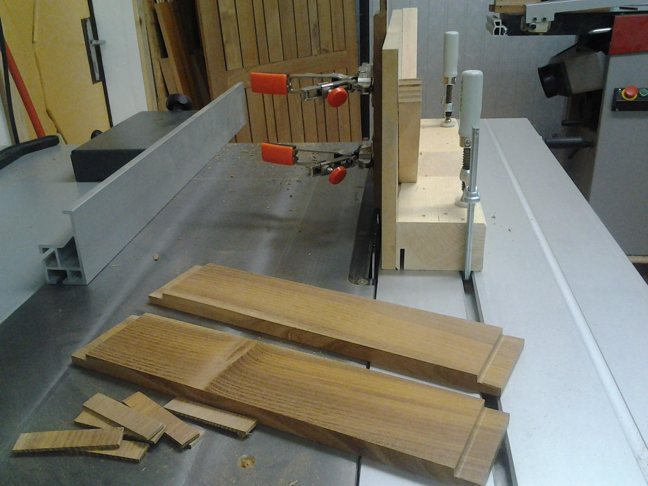 ausziehtisch f r den balkon frau holz. Black Bedroom Furniture Sets. Home Design Ideas